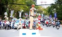 CSGT lên bục điều tiết giao thông ở một vòng xoay