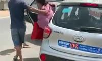 N.T.C.T (áo hồng) rời khỏi chiếc taxi