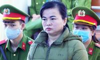 Nguyễn Thị Nga bị dẫn giải đến tòa