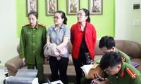 Nguyễn Thị Huyền Trang áo xám) bị bắt tạm giam.