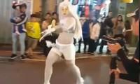 N.L.N ăn mặc phản cảm, làm trò lố trên phố - ảnh chụp màn hình