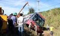 Xe khách bị lật nghiêng xuống mương nước.