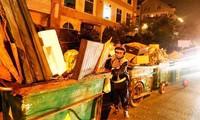 Dọn rác xuyên đêm ở Đà Lạt.