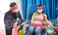 Sự kiện Chủ nhật Đỏ tại huyện Ea Kar dự kiến sẽ lấy hơn 1.000 đơn vị máu. Trong ảnh nhà báo Đình Thắng hỏi thăm, động viên người dân đến hiến máu