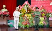 Thượng tướng Nguyễn Văn Thành tặng hoa chúc mừng thiếu tướng Lê Văn Tuyến