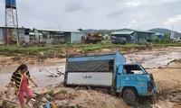 Nước 'lũ' rút, ô tô bị cuốn trôi, nhiều nhà dân ở Phú Quốc tan hoang
