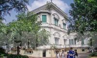 Vẻ đẹp mê mẩn của thư viện nằm trong biệt thự hơn 100 tuổi