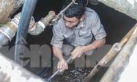 Chung cư Hà Nội súc xả bể nước sau sự cố nhiễm bẩn