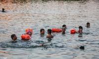 Nắng nóng lên đỉnh, người dân đua nhau bơi giải nhiệt ở hồ Bảy Mẫu