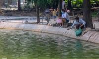 Phóng sinh 'đủ món' ra hồ Hoàn Kiếm ngày rằm tháng 7
