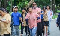 Trẻ khuyết tật chạy thi marathon cùng hàng trăm thanh niên thủ đô