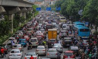 Đường phố Hà Nội đông nghẹt sau cơn mưa dông