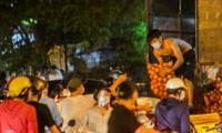 Phong tỏa chợ Long Biên, tiểu thương buôn bán ngoài đường cả đêm