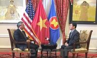 Đại sứ Phạm Quang Vinh trả lời phỏng vấn của phóng viên thông tấn xã Việt Nam. (Nguồn: CQTT TTXVN tại Washington)