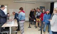 Cử tri Pháp đi bỏ phiếu tại điểm bầu cử ở Saint-Pierre ngày 17/6. (Nguồn: AFP/TTXVN)