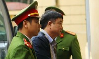 Ông Đinh La Thăng được đưa vào phòng xét xử. Ảnh: TTXVN.