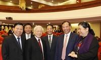Tổng Bí thư Nguyễn Phú Trọng với các đại biểu dự Hội nghị Trung ương 7. (Ảnh: Trí Dũng/TTXVN)