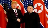 Cái bắt tay lịch sử của ông Trump và ông Kim tại Hà Nội
