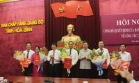 Phó Bí thư Thường trực Tỉnh ủy, Chủ tịch HĐND tỉnh Hòa Bình Trần Đăng Ninh và Phó Chủ tịch UBND tỉnh Bùi Văn Cửu trao Quyết định cho các đồng chí được điều động, luân chuyển, bổ nhiệm
