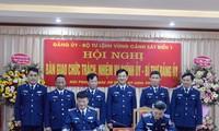 Trung tướng Hoàng Văn Đồng chứng kiến nội dung ký bàn giao chức trách, nhiệm vụ Chính ủy, Bí thư Đảng ủy Vùng Cảnh sát biển 1