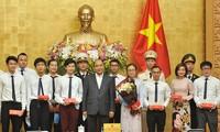Thủ tướng Nguyễn Xuân Phúc chụp ảnh lưu niệm cùng các Gương mặt trẻ Việt Nam tiêu biểu và triển vọng năm 2019. Ảnh: Xuân Tùng