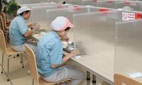 Phòng ăn được bố trí vách ngăn, giãn cách tại một DN trong KCN. Ảnh: Nguyễn Quang