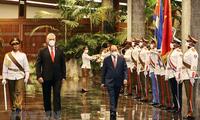 Chủ tịch nước Nguyễn Xuân Phúc và Bí thư thứ nhất Ban Chấp hành Trung ương Đảng Cộng sản Cuba, Chủ tịch nước Cộng hòa Cuba Miguel Díaz-Canel tại Lễ đón. (Ảnh: Thống Nhất/TTXVN)
