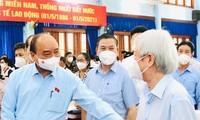Chủ tịch nước Nguyễn Xuân Phúc trao đổi với cử tri huyện Củ Chi (Ảnh: Thành uỷ TPHCM)