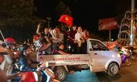 Hoà Malaysia, cổ động viên Việt vẫn ra đường ăn mừng như... vô địch