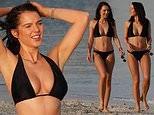 Helen Flanagan thả dáng tuyệt đẹp trên bãi biển với bikini 2 mảnh