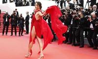 Alessandra Ambrosio mặc váy xẻ tứ tung, hớ hênh trên thảm đỏ Cannes ngày 2