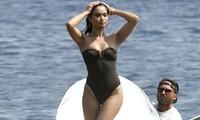 Siêu mẫu Úc Shanina Shaik khoe dáng săn chắc nóng bỏng với áo tắm