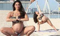 Casey Batchelor bế bụng bầu nặng nề tạo dáng yoga 'khó đỡ' gây choáng