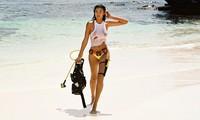 Siêu mẫu Kelly Gale mặc áo bơi mỏng tang, lộ điểm nhạy cảm