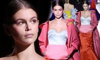 Con gái siêu mẫu của Cindy Crawford mặc trễ ngực, catwalk đẹp như thiên thần