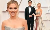 Scarlett Johansson sánh đôi cùng vị hôn phu Colin Jost. Anh mặc suit lịch lãm, điển trai bên người đẹp.