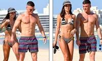 Cựu hoa hậu Anh mặc bikini nóng bỏng, tình tứ bên chồng ở biển