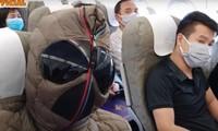 Xuân Bắc bịt kín như 'Người Nhện' khi đi máy bay