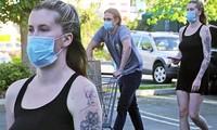Cô và bạn trai nhạc sĩ Corey Harper (22 tuổi) cùng đeo khẩu trang đi mua sắm vào hôm 14/4. Cặp đôi bắt đầu hẹn hò từ năm 2018.