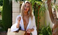 Người đẹp áo tắm Kimberley Garner 'thả rông' tại nhà