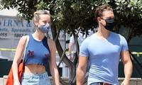 Nữ siêu anh hùng 'Captain Marvel' mặc crop top, không nội y ra phố