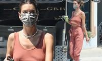 Alessandra Ambrosio 'thả rông' vòng một táo bạo
