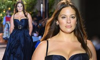 Siêu mẫu ngoại cỡ Ashley Graham mặc váy tôn ngực đầy sải bước catwalk
