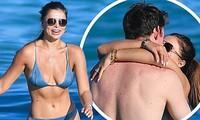 Brooks Nader 'đốt mắt' người nhìn với bikini xanh 'mát mắt', ôm hôn mặn nồng chồng ở biển