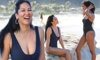 Kimora Lee diện áo tắm xẻ ngực sâu nóng bỏng