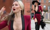 Mẫu 50 tuổi Caprice Bourret mặc váy xẻ đến eo táo bạo