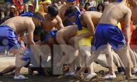 Hàng chục trai làng đánh vật với quả cầu làm từ củ chuối khổng lồ
