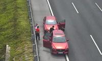 Tước bằng lái, phạt tiền 2 tài xế rủ nhau dừng xe hút thuốc trên cao tốc