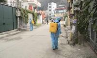 Ngành y tế Quảng Ninh tiến hành phun khử khuẩn tại những nơi có ca mắc và nghi mắc COVID-19. Ảnh: Thuận Phương
