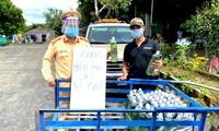 Lực lượng CSGT ở chốt cầu 110 đợi phát xăng miễn phí cho người dân về quê
